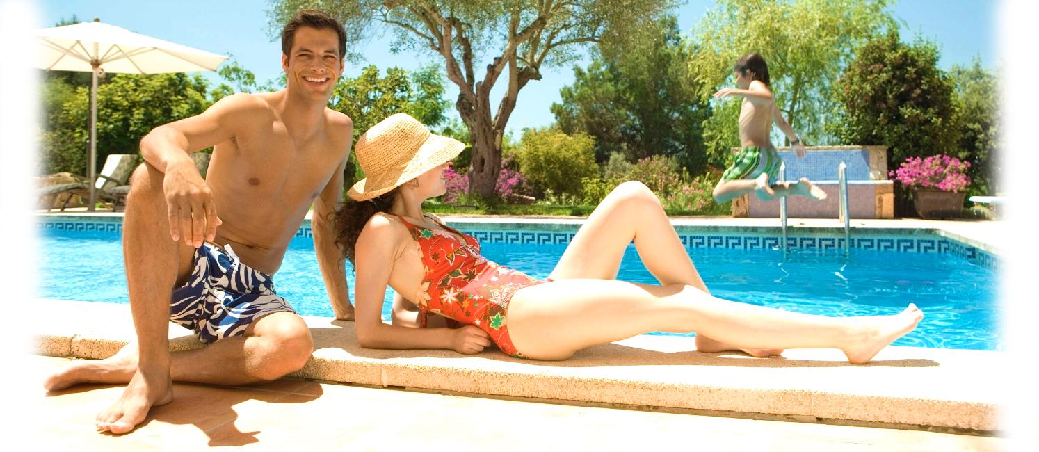 coniugi si godono la piscina a roma