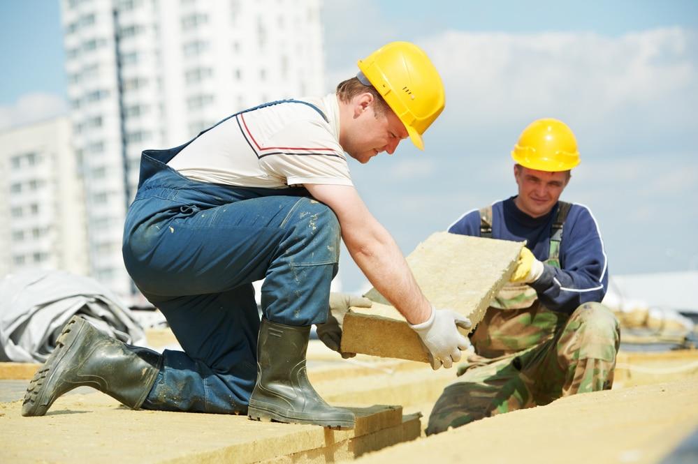 operai installano pannelli isolamento termico roma