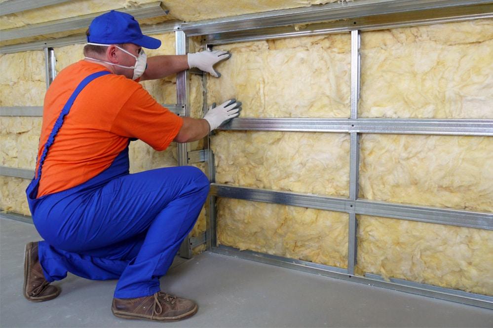 operaio installa pannelli isolanti