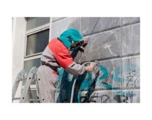 Imbianchino che applica vernice antigraffiti