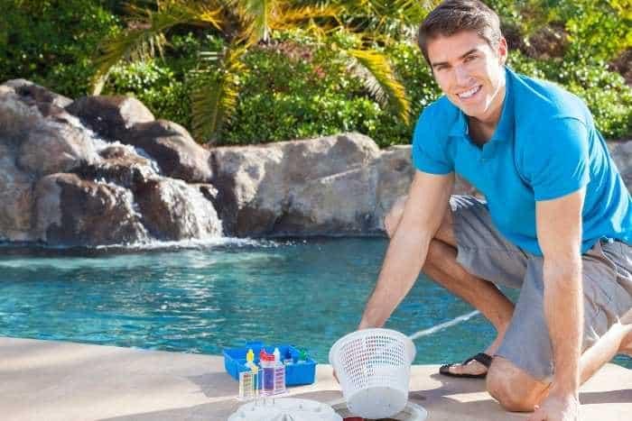 Uomo che pulisce piscina interrata