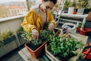 Ragazza che coltiva orto sul balcone